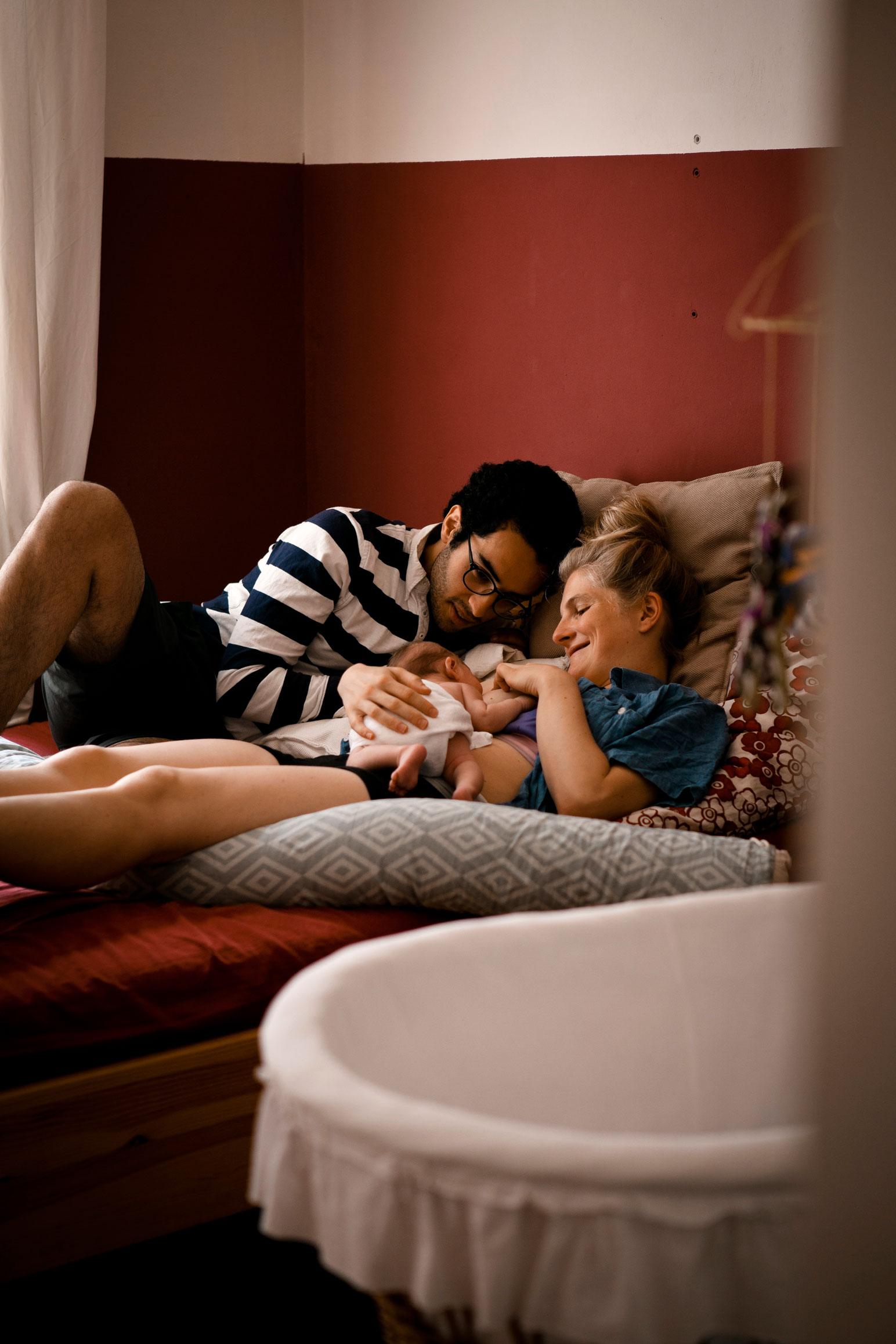 Blick durch Zimmertür Eltern mit Neugeborenem