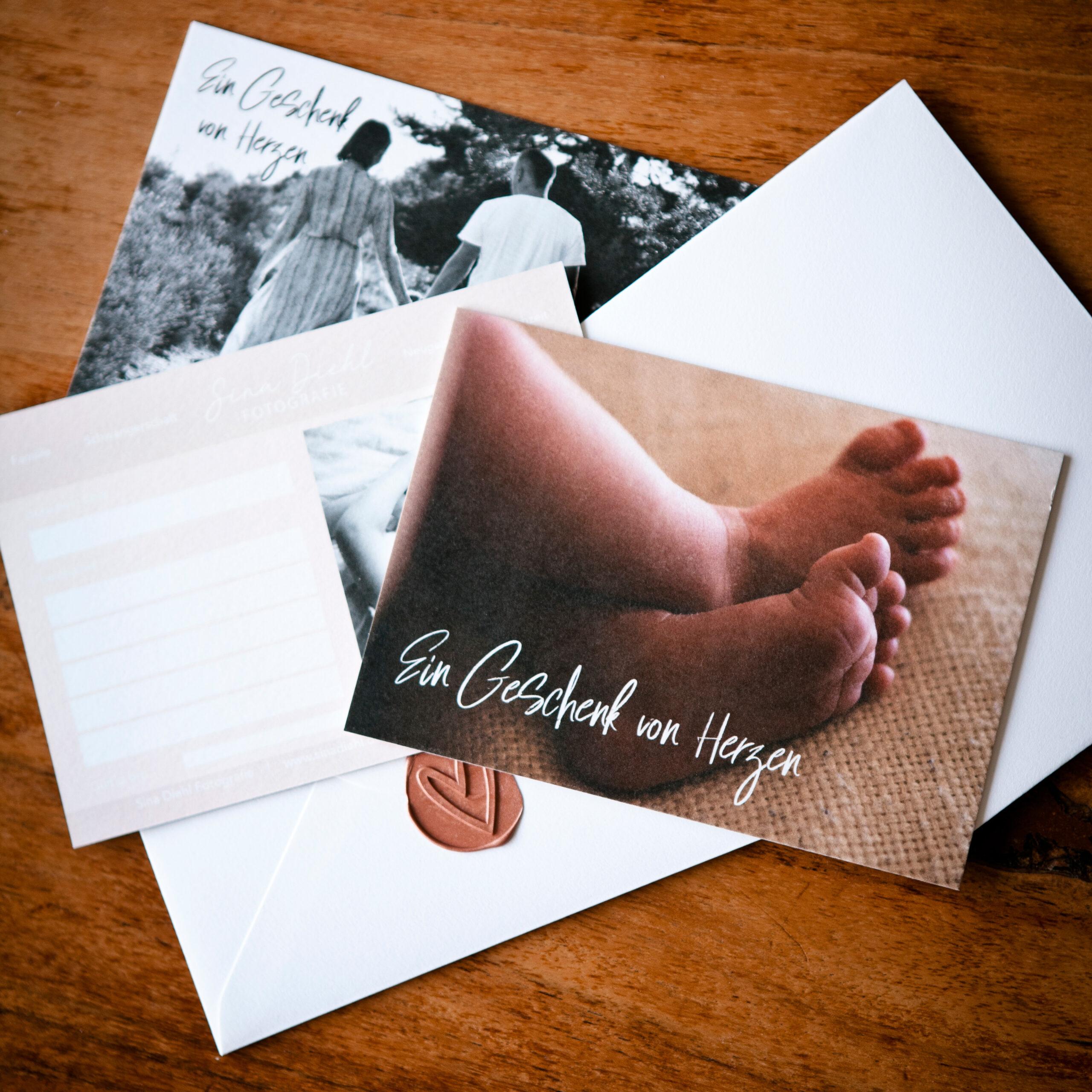 Foto von Gutscheinen zum Verschenken für Familienfotos oder Neugeborenenfotos